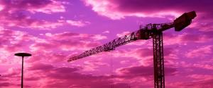 Grua sobre un cielo rojizo con nubes